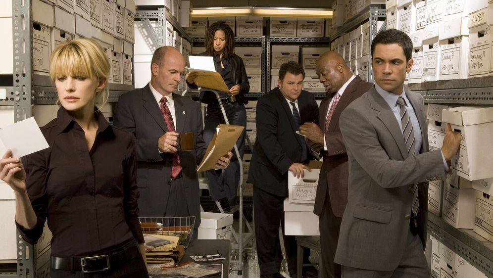 (6. Staffel) - Die Mitarbeiter des Mord-Dezernates von Philadelphia sind ein eingeschworenes Team: Scott (Danny Pino, r.), Nick Vera (Jeremy Ratchford, 3.v.r.), Will (Thom Barry, 2.v.r.), Lilly Rush (Kathryn Morris, l.), Kat Miller (Tracie Thomas, 3.v.l.) und John Stillman (John Finn, 2.v.l.)