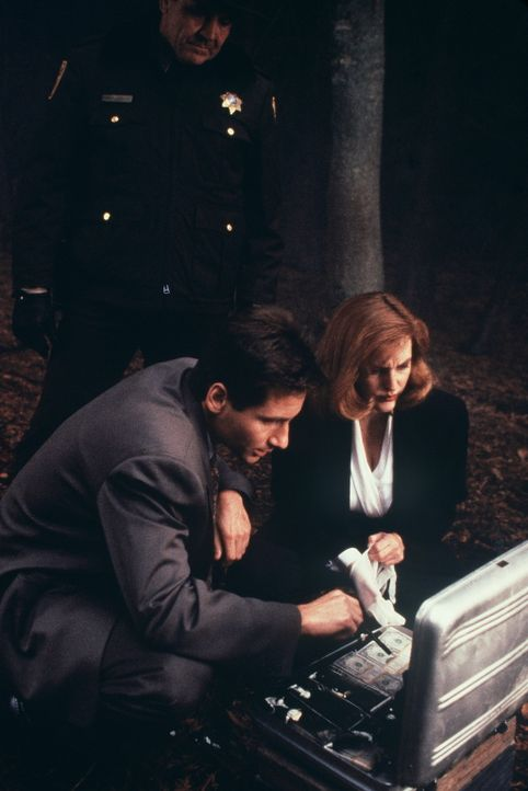 Mulder (David Duchovny, l.) und Scully (Gillian Anderson, r.) machen eine unglaubliche Entdeckung .. - Bildquelle: TM +   Twentieth Century Fox Film Corporation. All Rights Reserved.