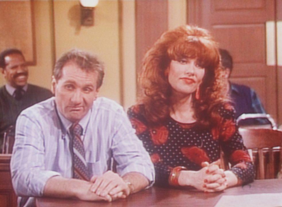 Al (Ed O'Neill, l.) und Peggy (Katey Sagal, r.) klagen vor Gericht auf Schadensersatz, weil sie in einem Motel beim Sex gefilmt worden sind. - Bildquelle: Sony Pictures Television International. All Rights Reserved.