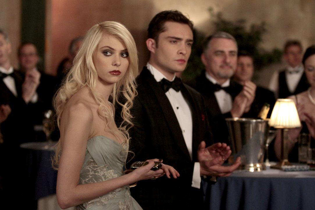 Jenny (Taylor Momsen, l.) und Chuck (Ed Westwick, r.) werden später noch herausfinden, dass etwas mit Lilys Medikamenten nicht stimmt ... - Bildquelle: Warner Bros. Television
