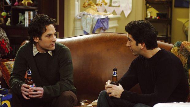 Das Treffen von Ross (David Schwimmer, r.) und Mike (Paul Rudd, l.) verläuft...