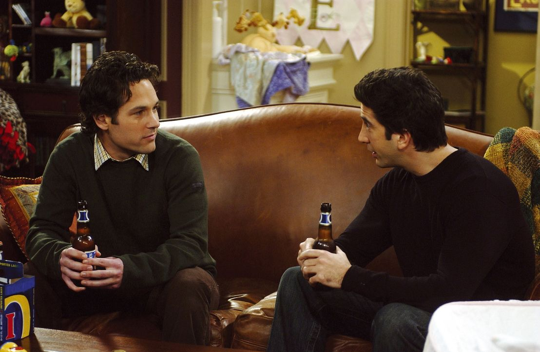 Das Treffen von Ross (David Schwimmer, r.) und Mike (Paul Rudd, l.) verläuft ganz anders als geplant ... - Bildquelle: TM+  2000 WARNER BROS.