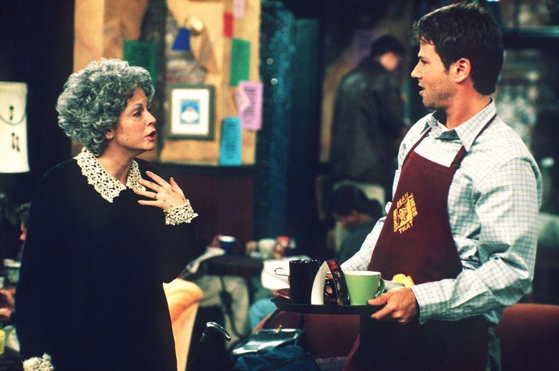 Josh (David Lascher, r.) traut seinen Augen nicht: Die ältere Dame sieht Sabrina (Melissa Joan Hart, l.) zum Verwechseln ähnlich ... - Bildquelle: Paramount Pictures