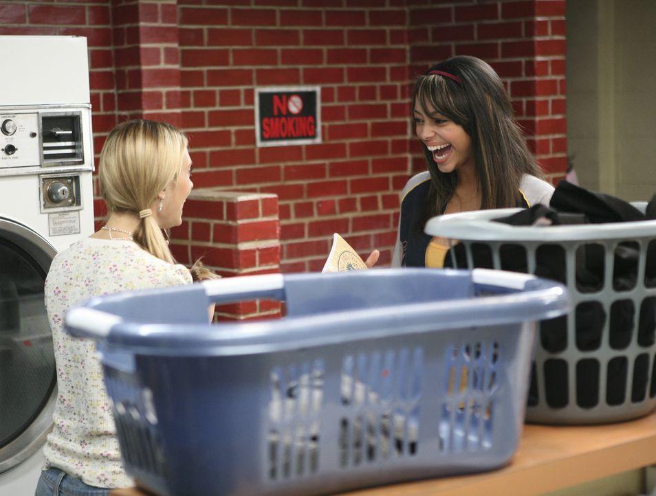 Erinnern sich an ihr Kennenlernen zurück: Casey (Spencer Grammer, l.) und Ashleigh (Amber Stevens, r.) ... - Bildquelle: ABC Family