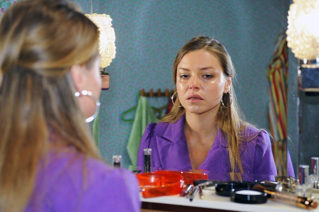 Katja (Karolina Lodyga) quält das schlechte Gewissen. - Bildquelle: Sat.1