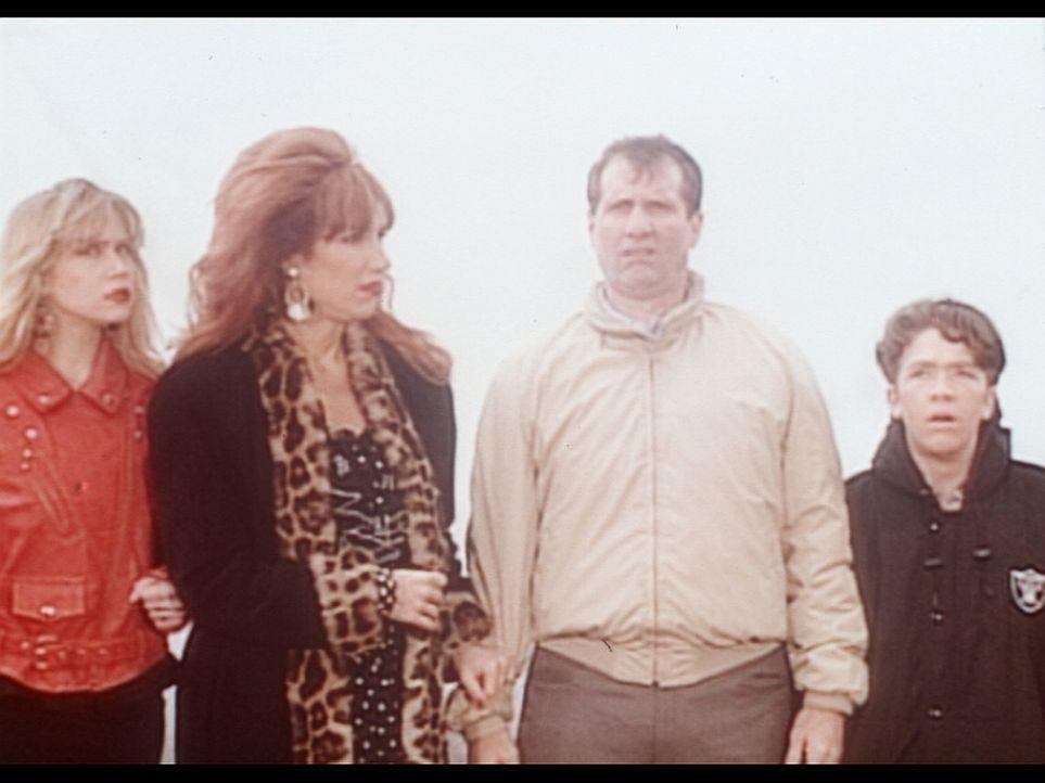 (v.l.n.r.) Kelly (Christina Applegate), Peggy (Katey Sagal), Al (Ed O'Neill) und Bud (David Faustino) sind auf der Flucht vor den blutrünstigen Bew... - Bildquelle: Columbia Pictures
