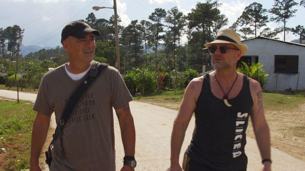 Auf Kuba trifft sich Todd Carmichael (l.) mit dem Survival-Experten Les Stroud (r.) für ein ereignisreiches Erkunden der Insel ... - Bildquelle: 2015, The Travel Channel, L.L.C. All Rights Reserved.