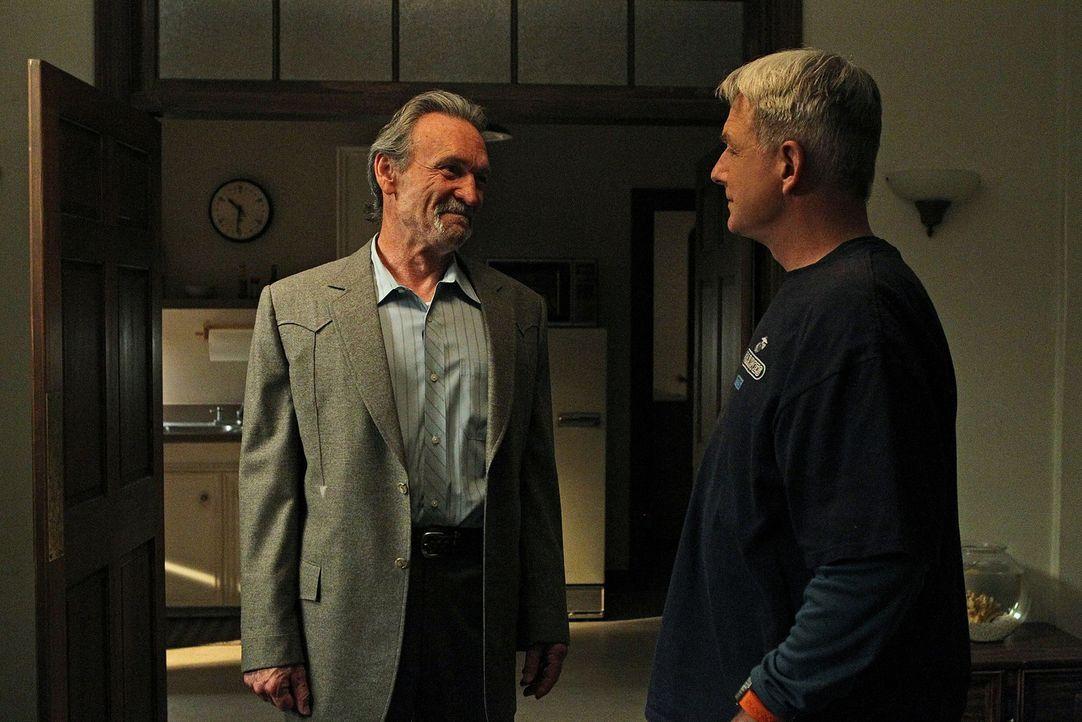 Sind für den Schutz von Jackson Gibbs verantwortlich: Gibbs (Mark Harmon, r.) und Mike Franks (Muse Watson, l.) ... - Bildquelle: CBS Television