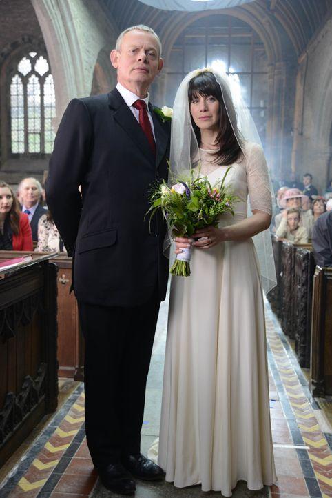 Martin (Martin Clunes, l.) und Louisa (Caroline Catz, r.) heiraten - und ganz Portwenn feiert mit. - Bildquelle: BUFFALO PICTURES/ITV