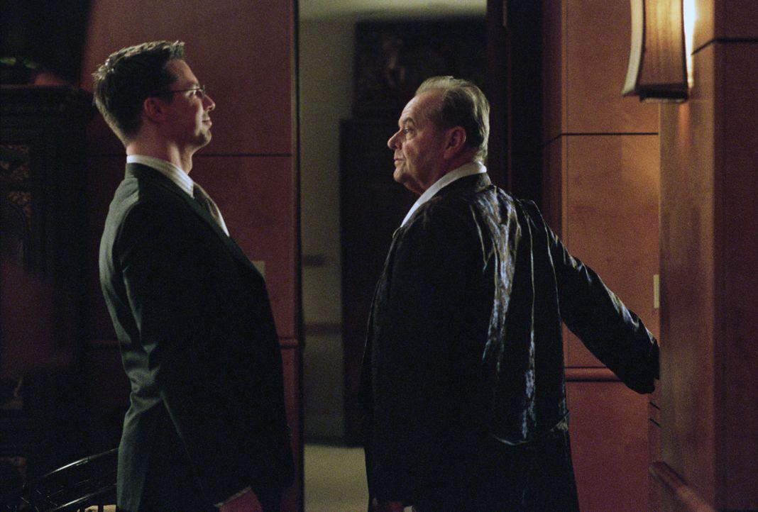 Assistent Thomas (Sean Hayes, l.) unterstützt seinen Boss Edward Cole (Jack Nicholson, r.), wo er nur kann, besonders nach dem dieser an Krebs erkra... - Bildquelle: TM and   2007 Warner Bros. Entertainment Inc. All Rights Reserved.
