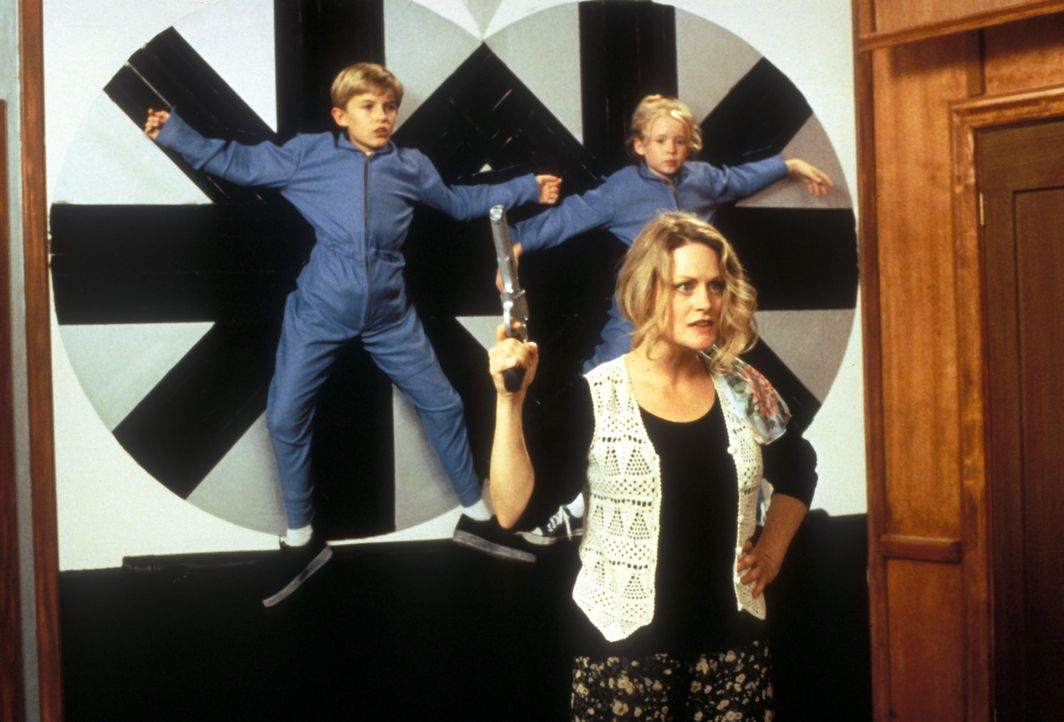 Die frisch aus dem Gefängnis entlassene Edie (Beverly D'Angelo, vorner.) verfolgt einen üblen Plan: Sie hat vor, die Zwillinge Jason (Brady Bluhm,... - Bildquelle: Disney