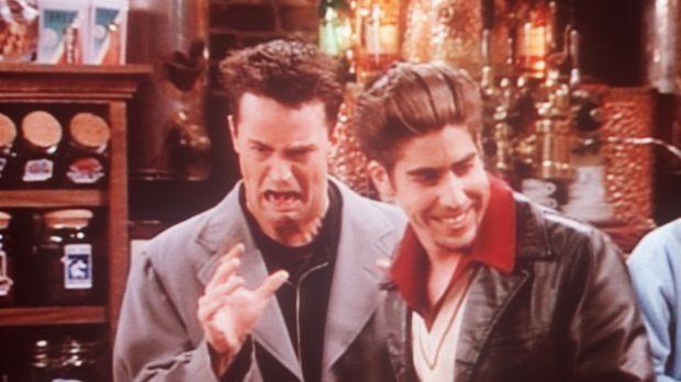 Chandler (Matthew Perry, l.) kann sich nicht an seinen neuen Mitbewohner Eddi...