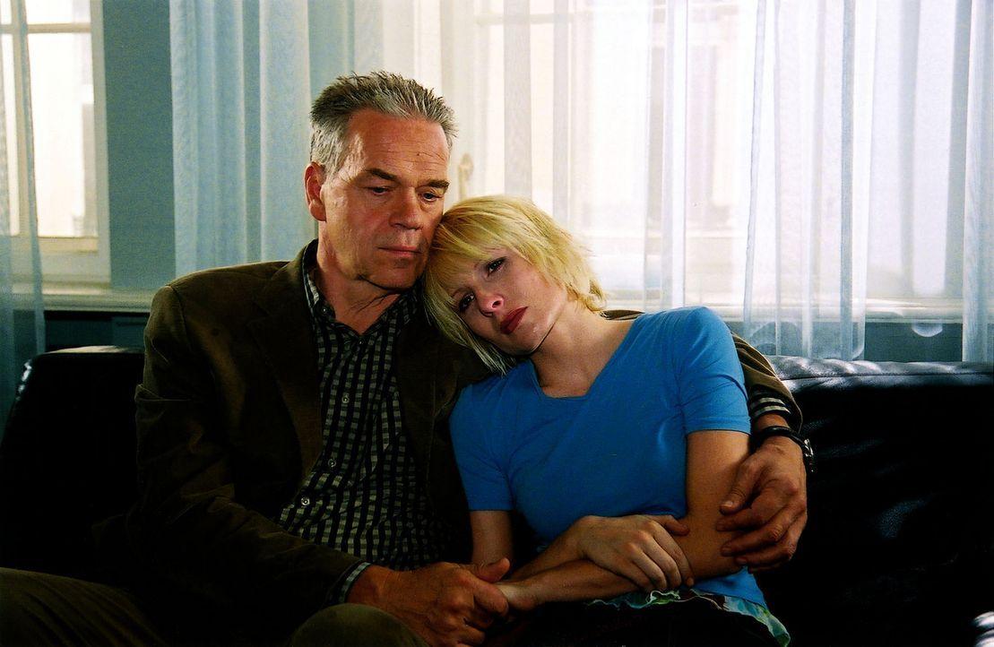 Verena (Nadine Seiffert, r.) sucht nach einem Arztbesuch Trost bei ihrem Vater (Jürgen Heinrich, l.) - Bildquelle: Claudius Pflug Sat.1