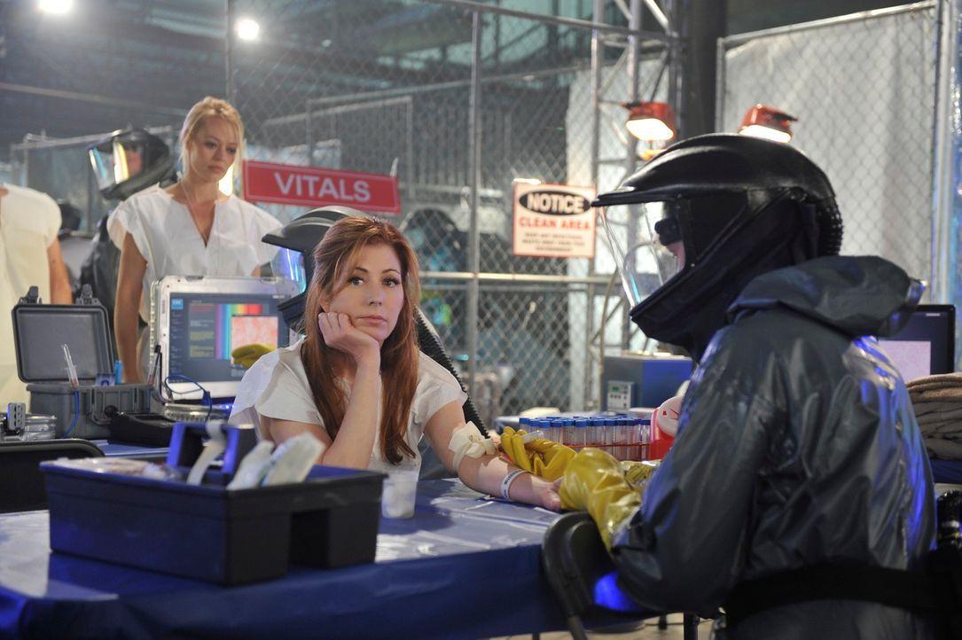 Auch Kate (Jeri Ryan, l.) und Megan (Dana Delany, M.) könnten bereits einen tödlichen Virus in sich tragen, der durch Blut und andere Körperflüssigk... - Bildquelle: 2012 American Broadcasting Companies, Inc. All rights reserved.