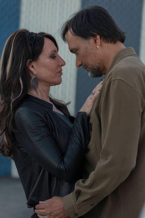 Hat die Beziehung zwischen Nero (Jimmy Smits, r.) und Gemma (Katey Sagal, l.) eine Chance? - Bildquelle: 2012 Twentieth Century Fox Film Corporation and Bluebush Productions, LLC. All rights reserved.