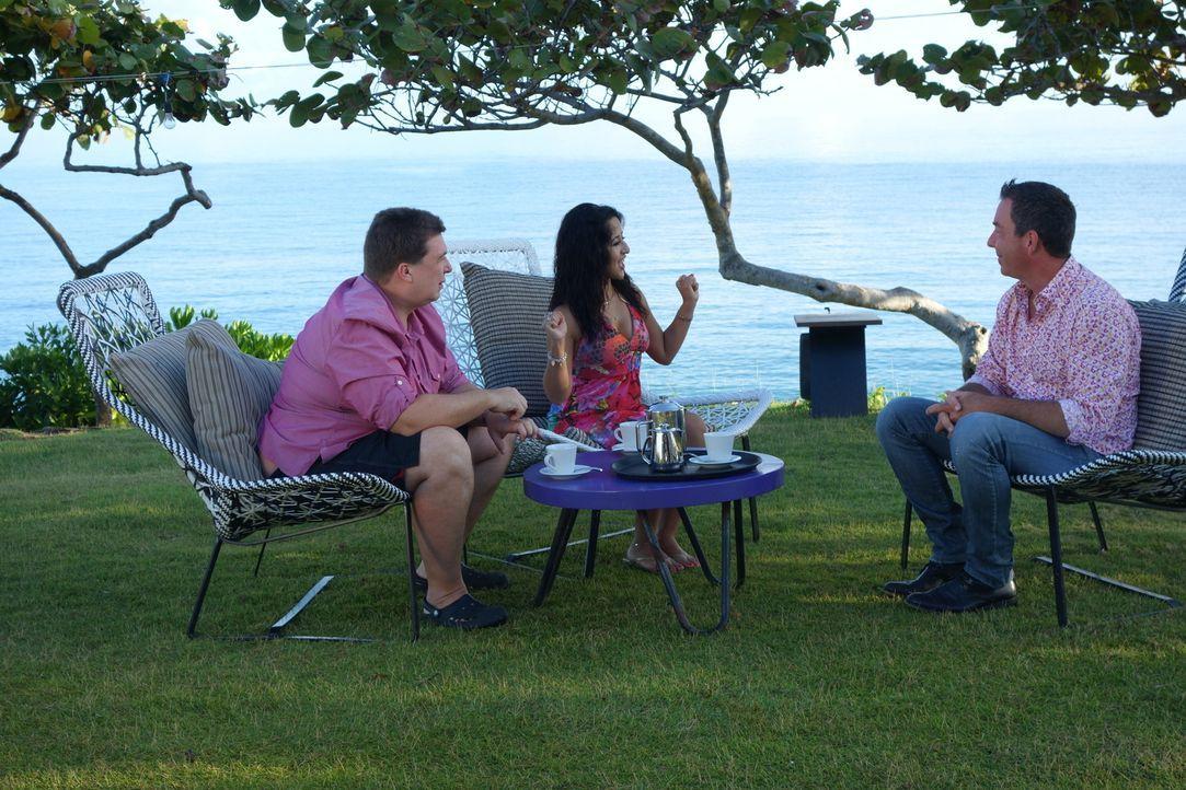 Der Immobilienmakler Thom Denton (r.) möchte Mathias (l.) und Monica (M.) helfen, ihren Traum vom Haus in der Karibik zu erfüllen ... - Bildquelle: 2014, HGTV/Scripps Networks, LLC. All Rights Reserved.