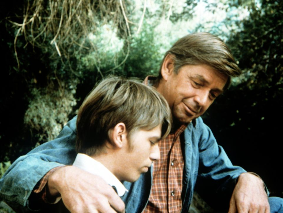 Jim-Bob (David W. Harper, l.) grübelt, ob er Prediger werden soll. Sein Vater John (Ralph Waite, r.) schildert ihm seine Auffassung von Religiosität... - Bildquelle: WARNER BROS. INTERNATIONAL TELEVISION