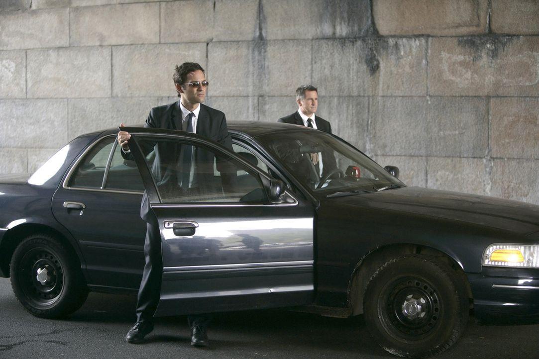 Jack Malone (Anthony LaPaglia, r.) und Danny Taylor (Enrique Murciano, l.) auf der Suche nach dem brutalen Emil Dornvald ... - Bildquelle: Warner Bros. Entertainment Inc.