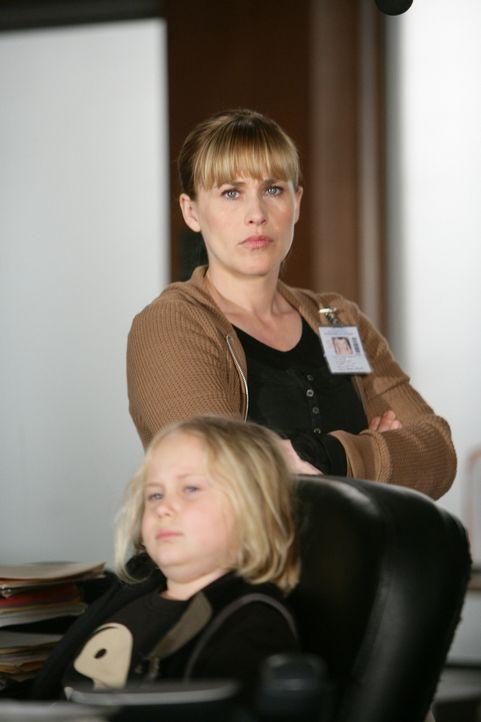 Allison (Patricia Arquette, r.) ist in einen äußerst schwierigen Fall verwickelt. Ihre Tochter Bridgette (Maria Lark, l.) muss im Büro auf sie warte... - Bildquelle: Paramount Network Television