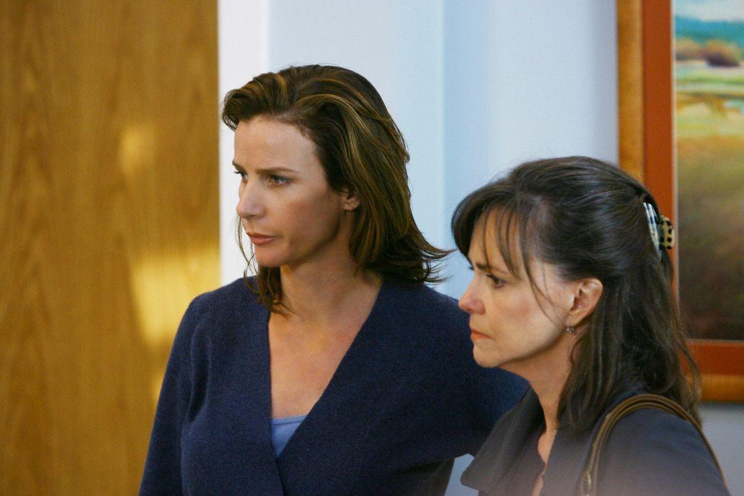 An Thanksgiving ist traditionell Walker-Anwesenheitspflicht, jedoch haben alle bis auf Sarah (Rachel Griffiths, l.) und Nora (Sally Field, r.) ander... - Bildquelle: 2008 ABC INC.