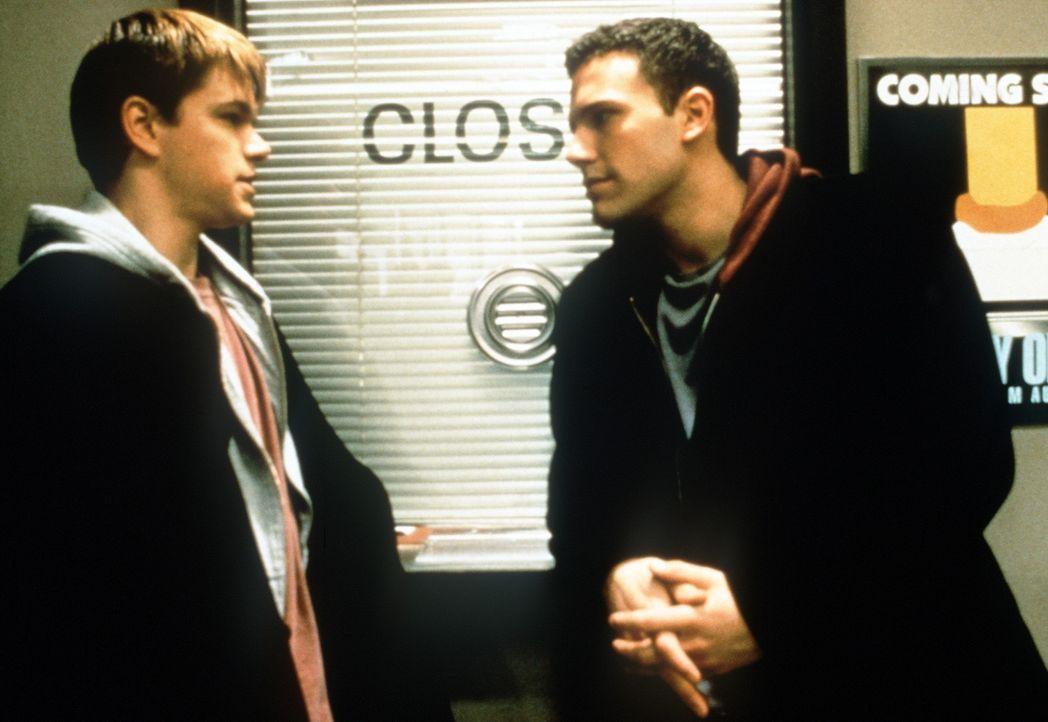 Die Engel Loki (Matt Damon, l.) und sein Freund Bartleby (Ben Affleck, r.) haben nur noch ein Ziel: Sie wollen nach Hause! Allerdings hat Gott sie e... - Bildquelle: Kinowelt