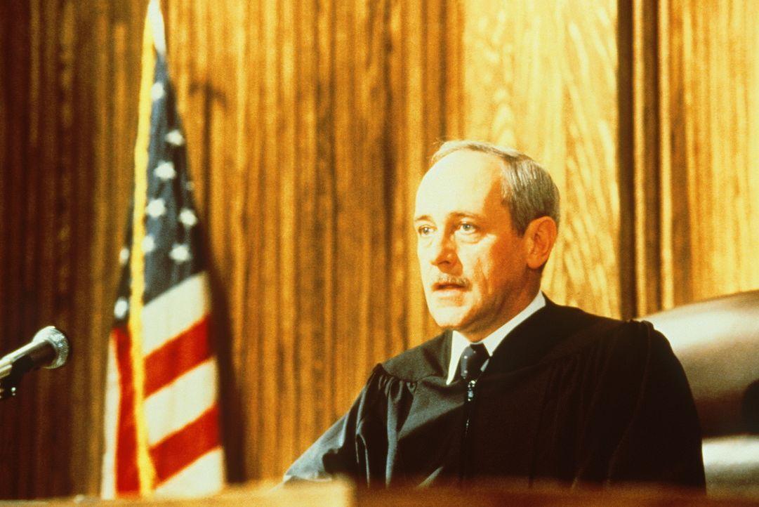 Richter Matthew Helms (John Mahoney) ist ein sehr ehrgeiziger Mann, was ihm in seinem Beruf manchmal zum Verhängnis wird ... - Bildquelle: TriStar Pictures