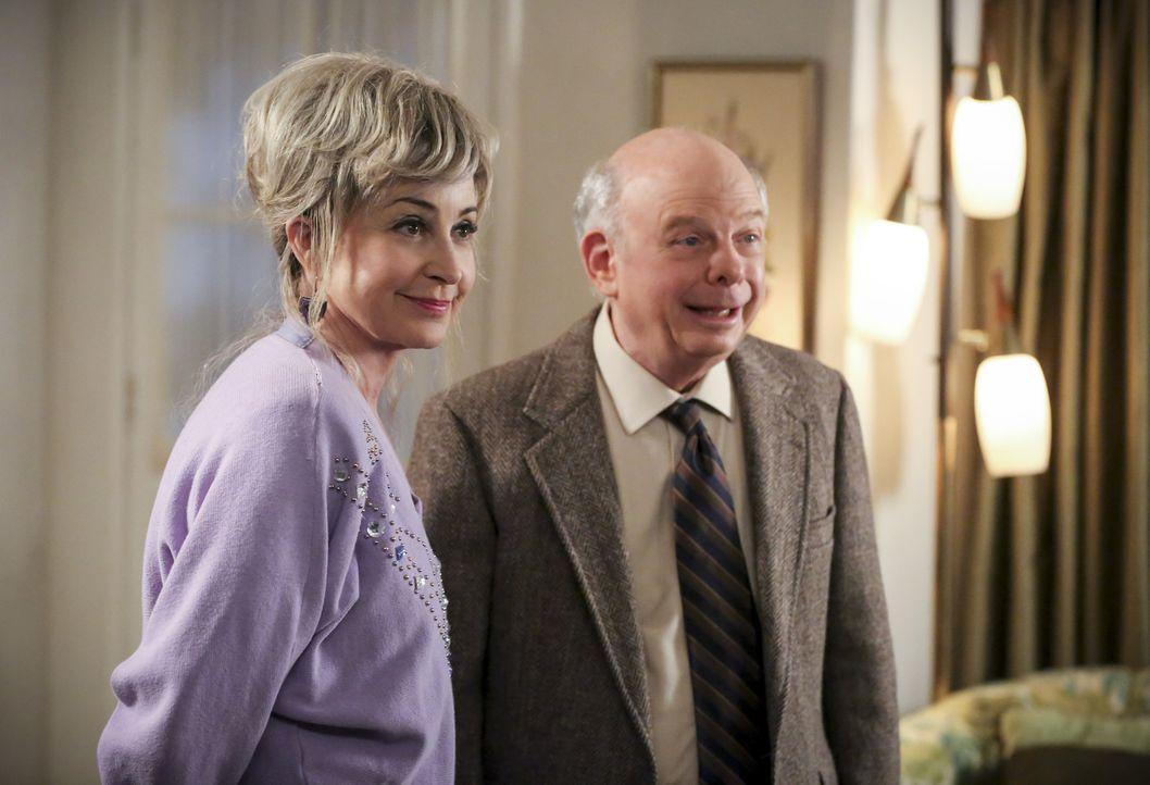 Was entwickelt sich zwischen Meemaw (Annie Potts, l.) und Sheldons Mentor Dr. Sturgis (Wallace Shawn, r.)? - Bildquelle: Warner Bros. Television