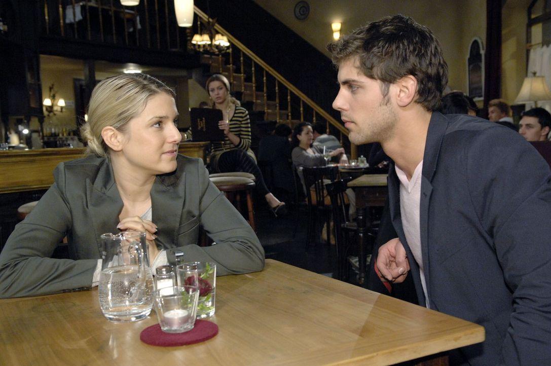 Anna (Jeanette Biedermann, l.) erzählt Jonas (Roy Peter Link, r.) von ihrem Plan, herauszufinden, wer hinter dem Unfall steckt. - Bildquelle: Claudius Pflug Sat.1