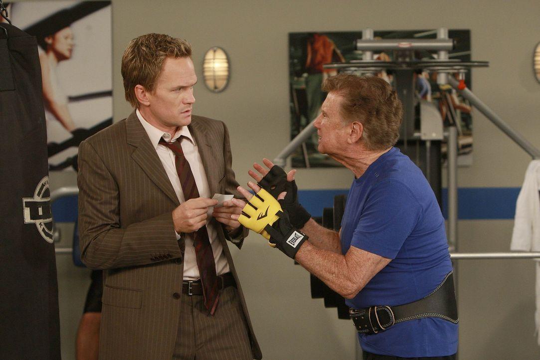 Barney (Neil Patrick Harris, l.) erhofft sich von Regis Philbin (Regis Philbin, r.) Hilfe. Denn sie sind auf der Suche nach dem legendären Burger i... - Bildquelle: 20th Century Fox International Television