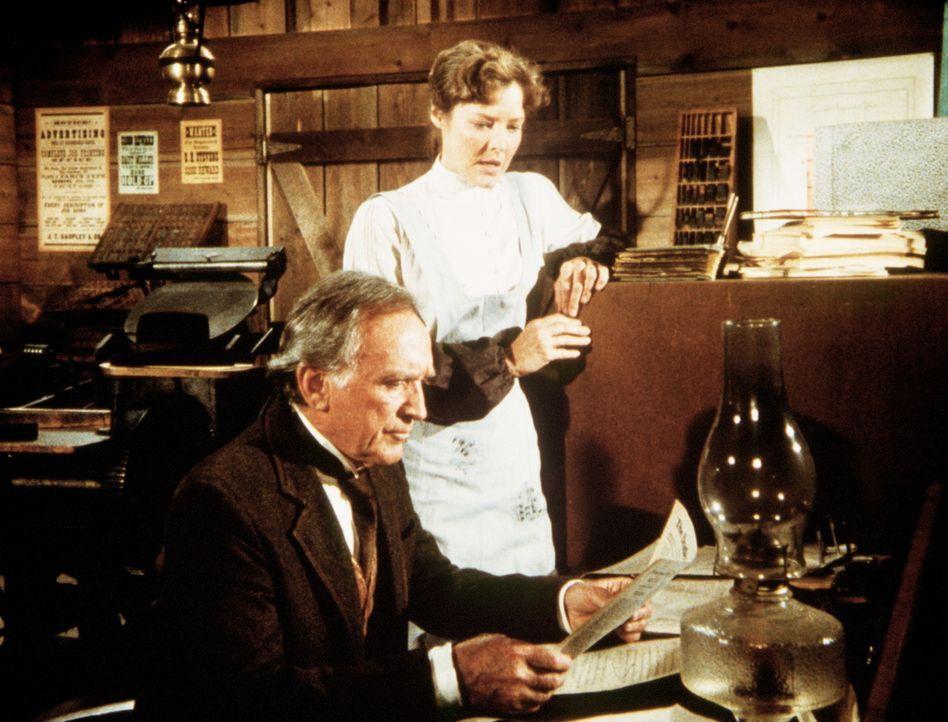Elliott Reed (John McLiam, l.), ein großer New Yorker Verleger, will seiner Tochter Sarah (Pamela Roylance, r.) beibringen, wie man eine Zeitung he... - Bildquelle: Worldvision