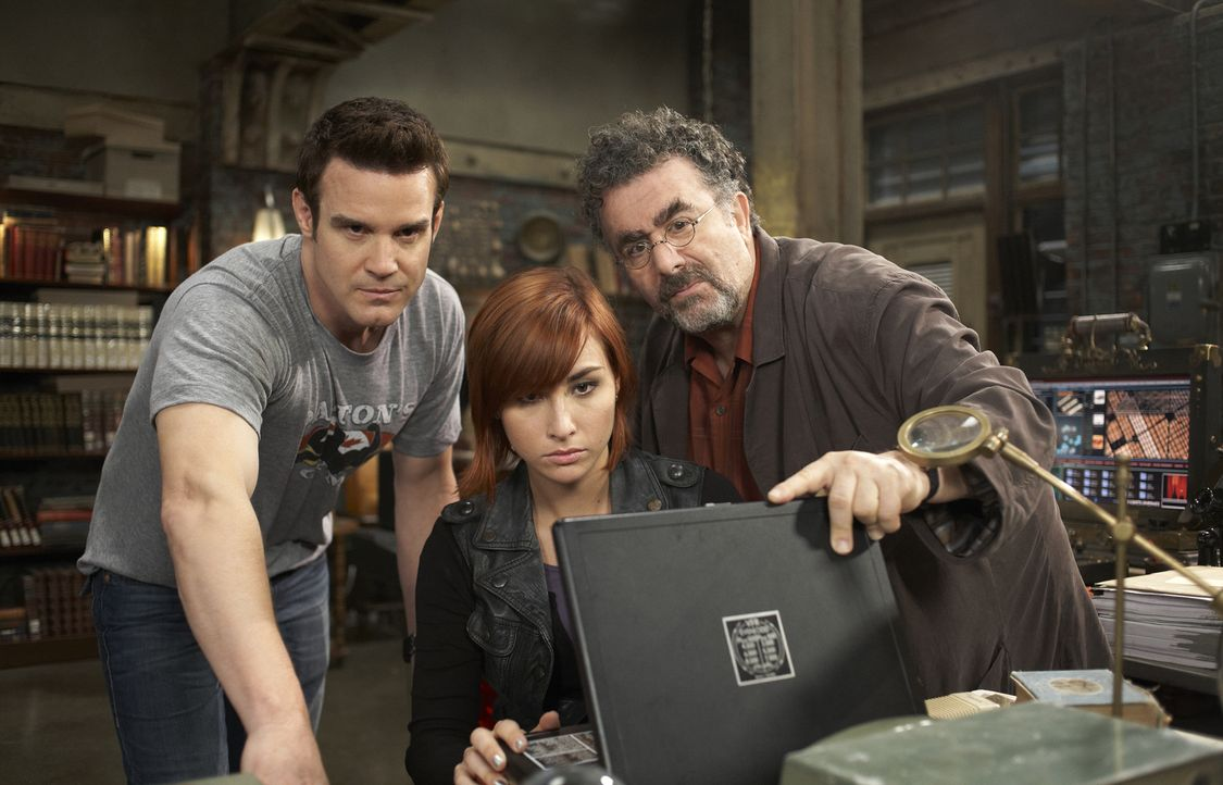 (v.l.n.r.) Pete Lattimer (Eddie McClintock); Claudia Donovan (Allison Scagliotti); Artie Nielsen (Saul Rubinek) - Bildquelle: Sophie Giraud Sophie Giraud/Syfy