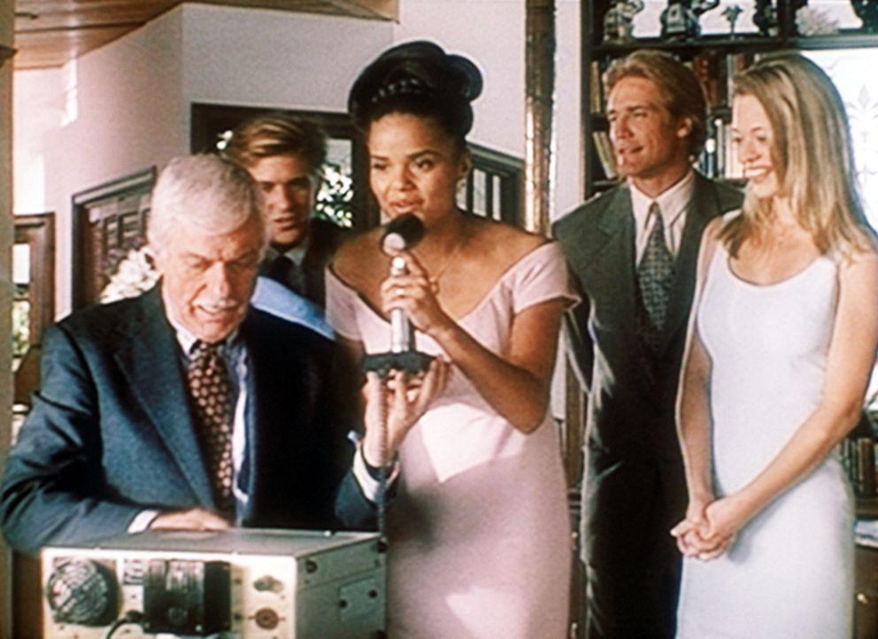 Mark (Dick Van Dyke, l.) stellt eine Funkverbindung her zu dem Ehemann von Amanda (Victoria Rowell, M.), der auf einem Flugzeugträger stationiert is... - Bildquelle: Viacom