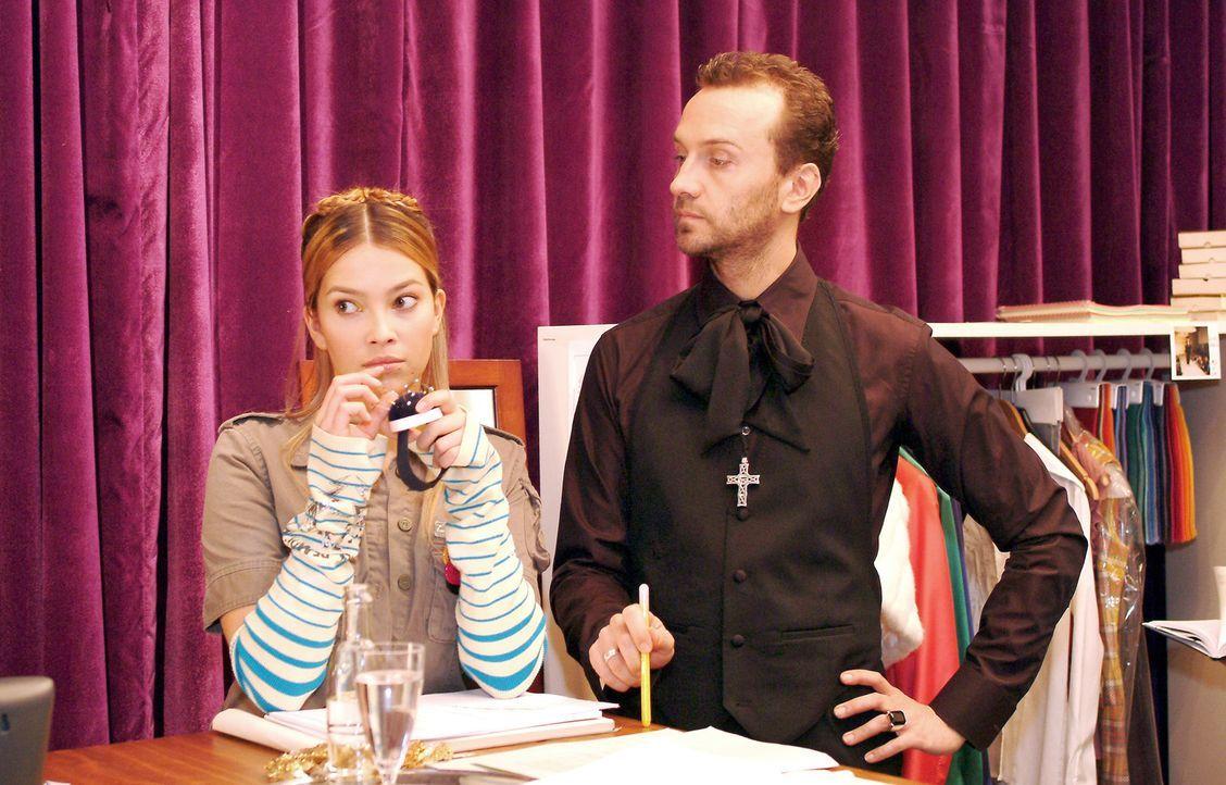Hugo (Hubertus Regout, r.) nimmt erfreut zur Kenntnis, dass Hannah (Laura Osswald, l.) nach ihrer schweren Zeit wieder neuen Mut fasst und sich in d... - Bildquelle: Sat.1