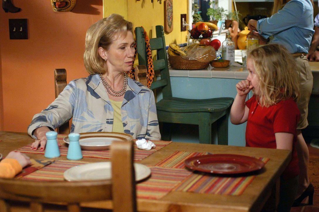 Die kleine Bridgette (Maria Lark, r.) unterhält sich mit ihrer Großmutter (Kathy Baker, l.), die für ein paar Tage zu Besuch ist ... - Bildquelle: Paramount Network Television