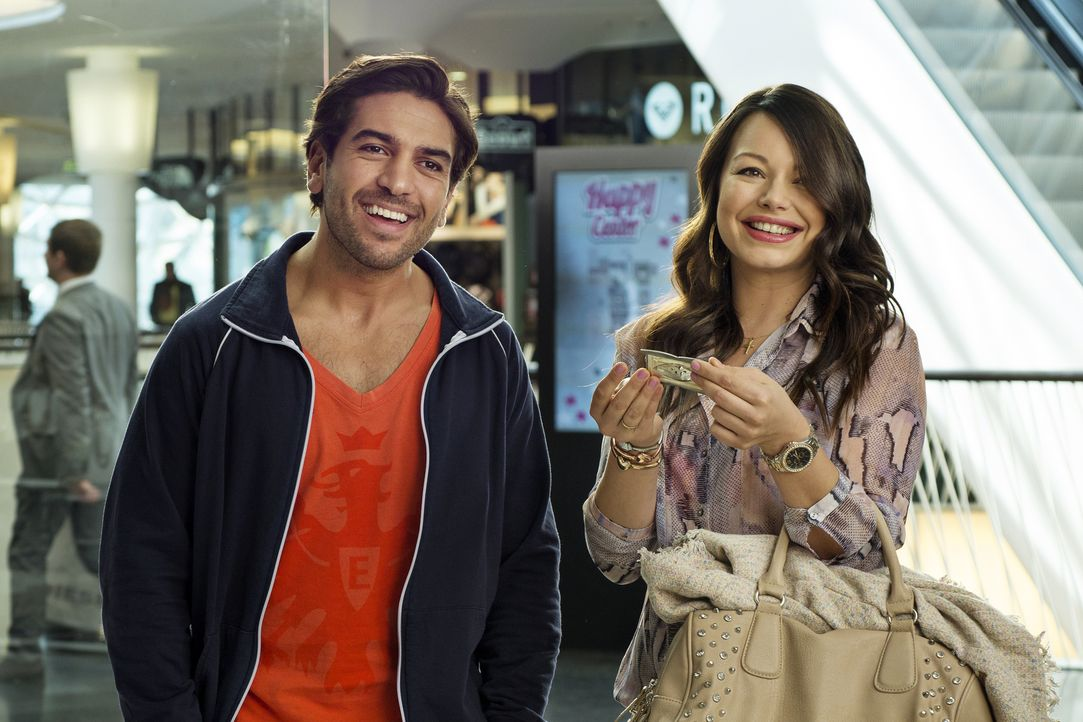 Eroll (Elyas M'Barek, l.) probiert, sich für die Shoppingexzesse seiner Frau Connie (Cosma Shiva Hagen, r.) zu begeistern. Doch der Funke scheint ni... - Bildquelle: Marco Nagel die Film GmbH