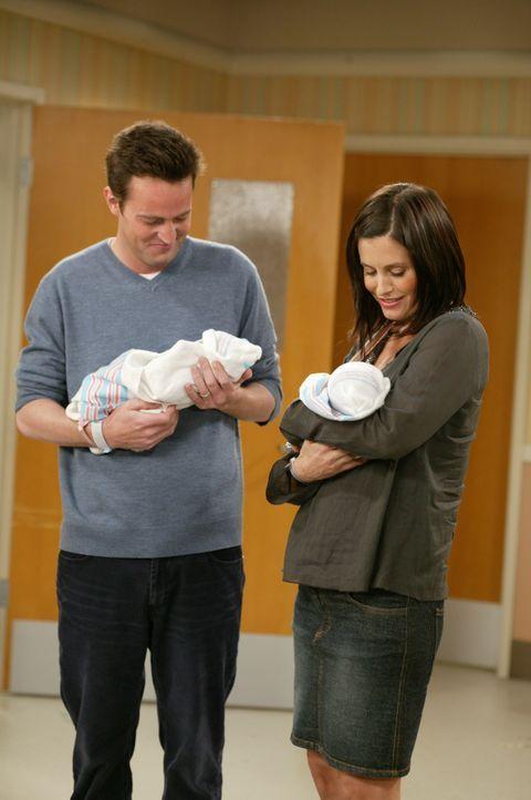 Stolze Eltern von Zwillingen: Monica (Courteney Cox, r.) und Chandler (Matthew Perry, l.) ... - Bildquelle: 2003 Warner Brothers International Television
