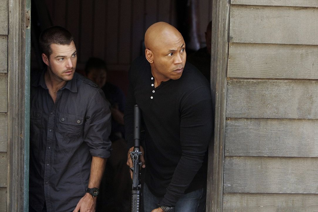 Undercover ermitteln Special Agent G. Callen (Chris O'Donnell, l.) und Special Agent Sam Hanna (LL Cool J, r.) in einem neuen Fall ... - Bildquelle: CBS Studios Inc. All Rights Reserved.