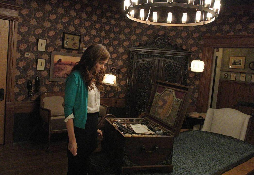 Nachdem ihre Mutter überraschend von der Polizei abgeführt wurde, macht sich Ingrid (Rachel Boston) auf die Suche nach dem Zauberbuch der Familie ..... - Bildquelle: 2013 Twentieth Century Fox Film Corporation. All rights reserved.