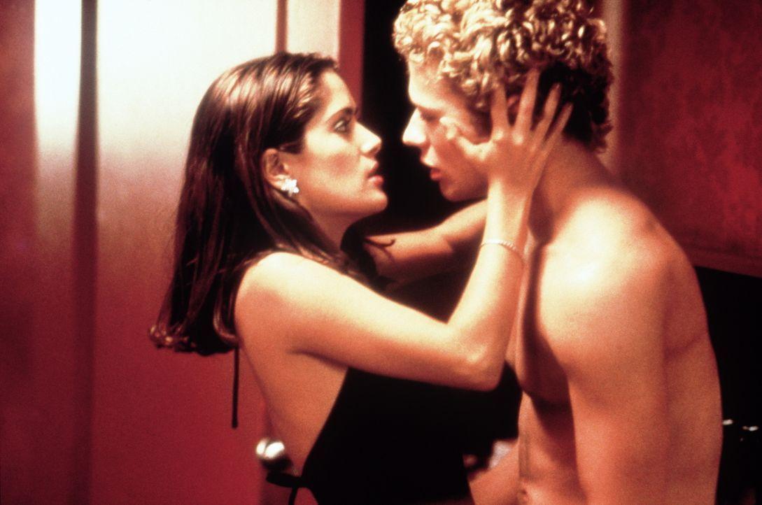 Der Barkeeper Shane (Ryan Phillippe, r.) und die Garderobiere Anita (Salma Hayek, l.) haben eine heiße Affäre ... - Bildquelle: Miramax Films
