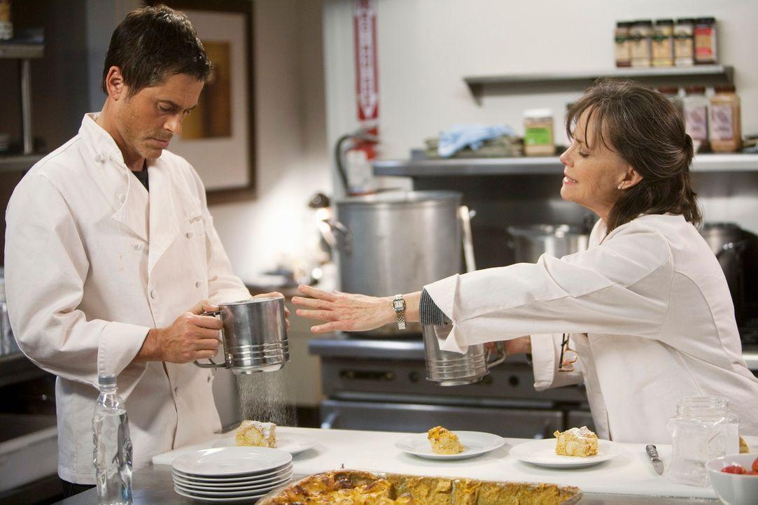 Robert (Rob Lowe, l.) will Nora (Sally Field, r.) unbedingt in der Küche helfen, doch die Zusammenarbeit gestaltet sich nicht ganz einfach ... - Bildquelle: 2010 American Broadcasting Companies, Inc. All rights reserved.