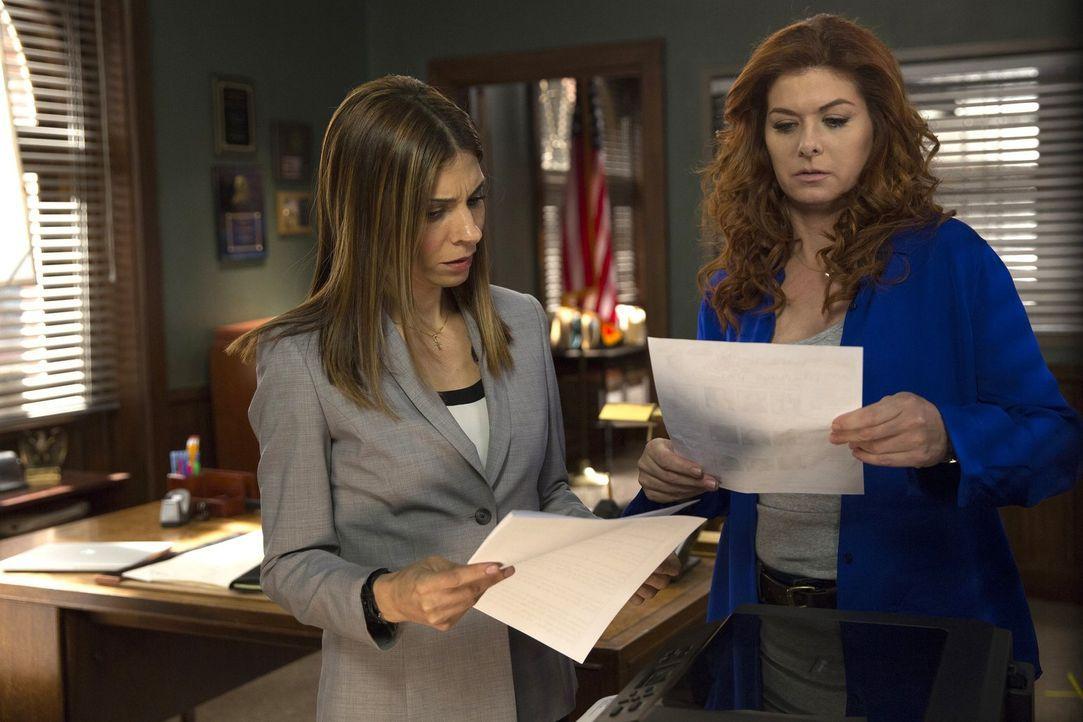 Santiani (Callie Thorne, l.) folgt den Vermutungen von Jake und Laura (Debra Messing, r.) und kann so die Aufklärung des Falls vorantreiben ... - Bildquelle: 2015 Warner Bros. Entertainment, Inc.