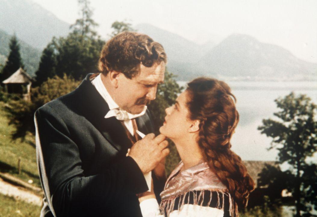 All ihre Sorgen und Nöte kann Sissi (Romy Schneider, r.) ihrem Vater, Herzog Max von Bayern (Gustav Knuth, l.), anvertrauen ... - Bildquelle: Herzog-Filmverleih