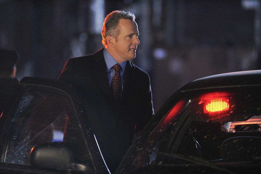 Ruft Sherlock Holmes zu einem neuen Mordfall: Captain Tommy Gregson (Aidan Quinn) ... - Bildquelle: CBS Television