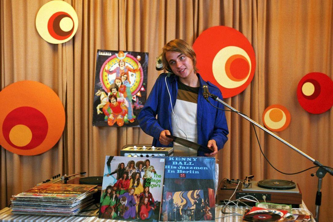 Frank Wappler (Constantin von Jascheroff) bringt als Schallplattenunterhalter die Lagerdisko in Schwung - und hat dabei nur Augen für Jenny. Die mus... - Bildquelle: Sat.1