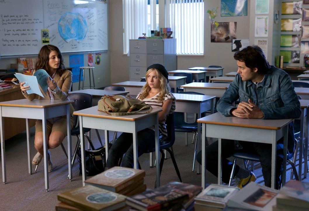 Stellen ihre Tochter (Brittany Robertson, M.) zur Rede, da sie beim Test geschummelt hat: Cate (Shiri Appleby, l.) und Baze (Kristoffer Polaha, r.)... - Bildquelle: The CW   2010 The CW Network, LLC. All Rights Reserved