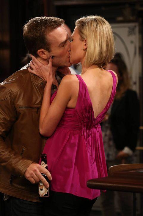Selbst, wenn Jess (Desi Lydic, r.) Will (James Van Der Beek, l.) von ihren Plänen überzeugen kann, wird das nicht ausreichen ... - Bildquelle: 2013 CBS Broadcasting, Inc. All Rights Reserved.