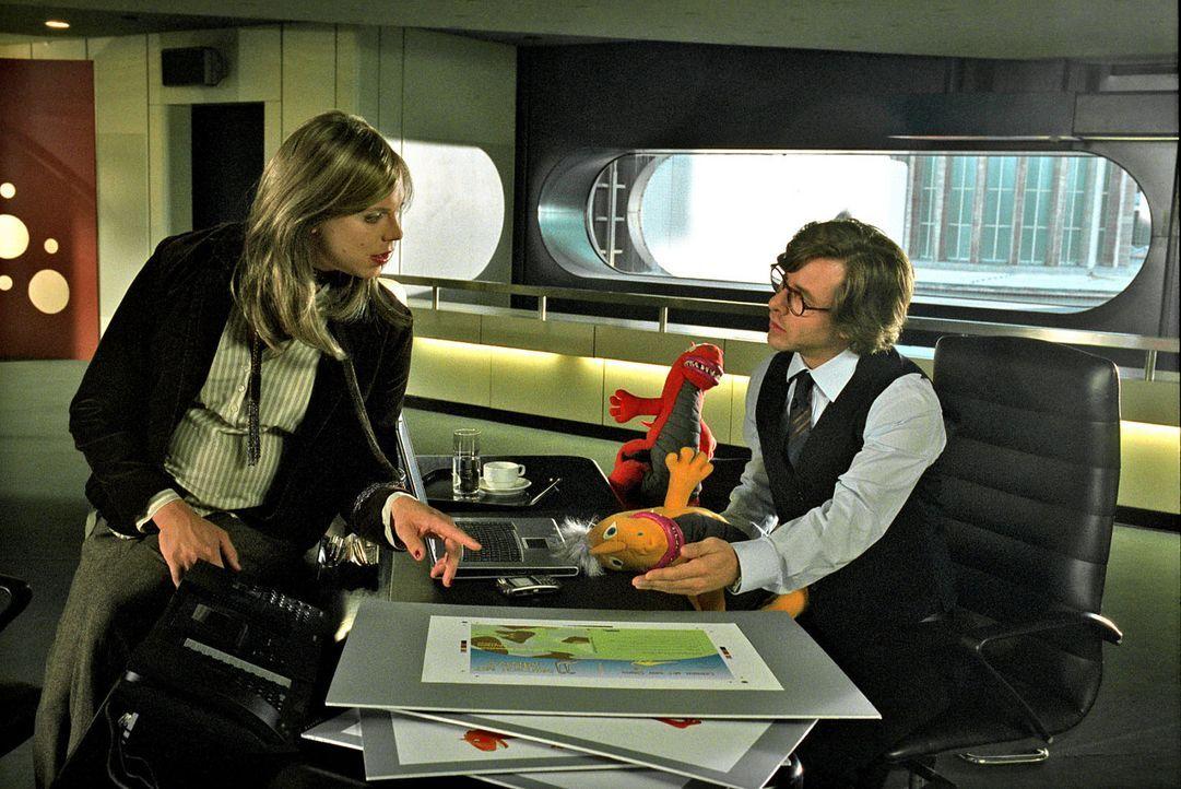 Alexander (Daniel Stock, l.) springt für Nina als Frau Hedler ein. Dominik (Markus Meyer, r.) ist von der falschen Frau Hedler so begeistert, dass e... - Bildquelle: Katrin Knoke Sat.1