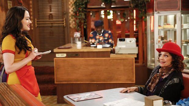 Als Nola Anderz (Valerie Harper, r.) ins Diner kommt, ahnt Max (Kat Dennings,...