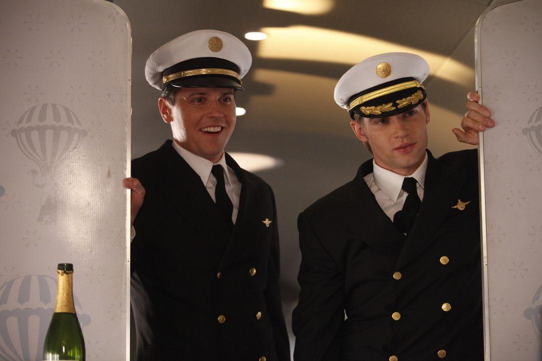 Jeder Flug mit Ted (Michael Mosley, l.) und Dean (Mike Vogel, r.) birgt an irgendeiner Stelle ein Abenteuer ... - Bildquelle: 2011 Sony Pictures Television Inc.  All Rights Reserved.