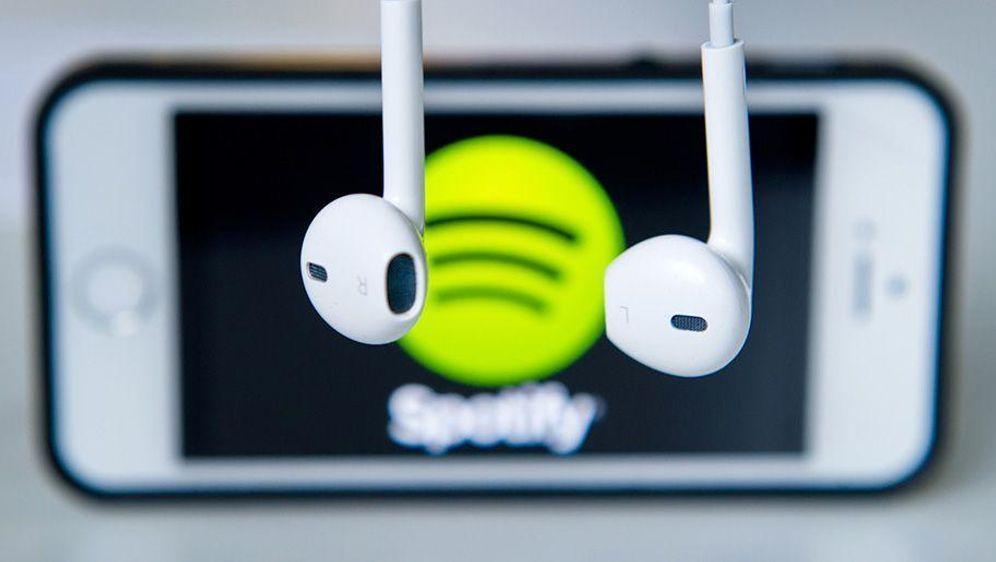 Musikverlag verklagt Spotify - Bildquelle: Daniel Bockwoldt/dpa